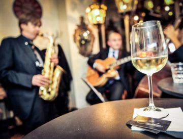 Ascoltare musica live sorseggiando un buon vino